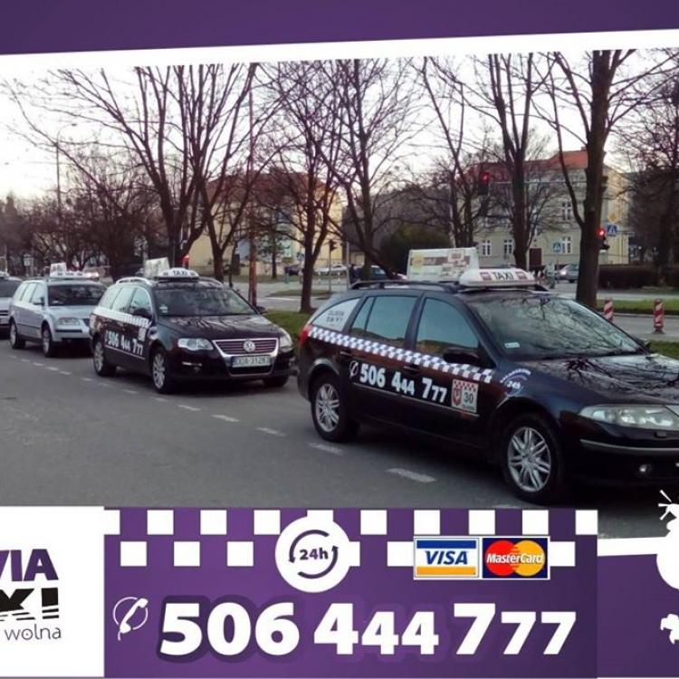 Taksówki Olavia Taxi na postoju w Oławie