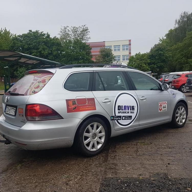Golf z nowym logo na drzwiach taksówki