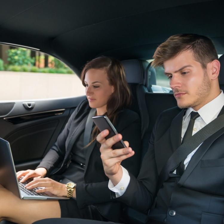 Młodzi biznesmeni podróżują taksówką