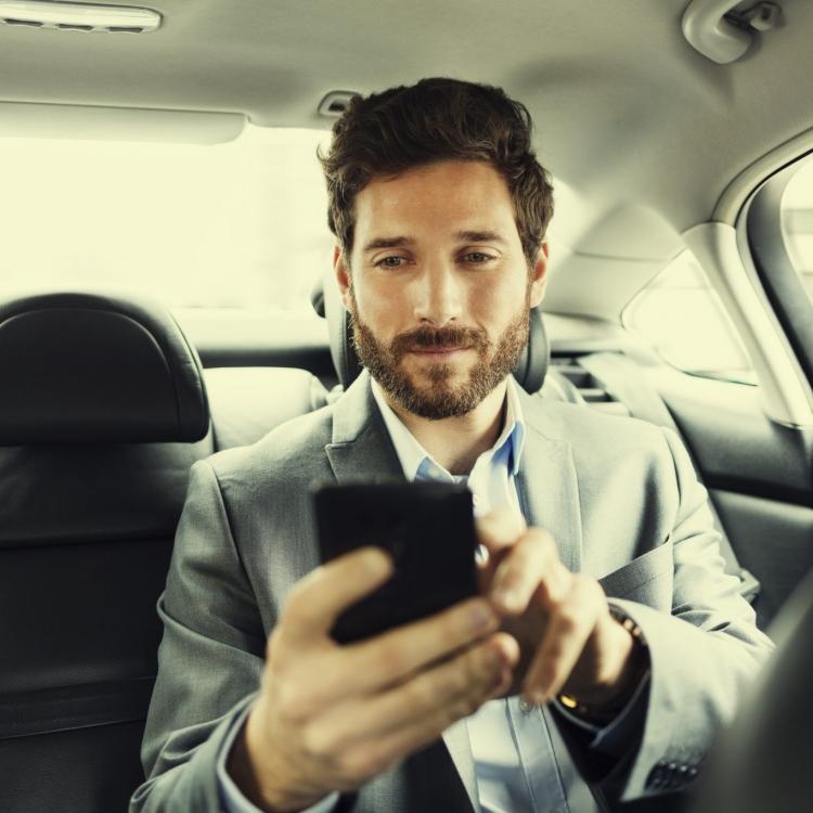 Komfortowo możesz dzwonić w trakcie przejazdu naszymi taksówkami