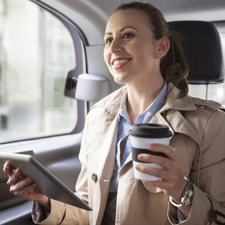 Kobieta czuje się bezpiecznie podróżując z kierowcą taksówki